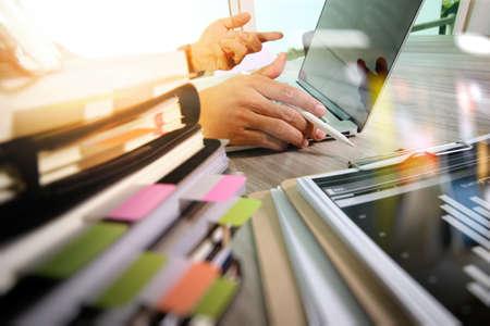 Geschäftsdokumente auf Bürotisch mit intelligentem Telefon und digitalem Tabletten- und Diagrammgeschäft mit Diagramm und Mann des Sozialen Netzes, die im Hintergrund arbeiten Standard-Bild - 62689537