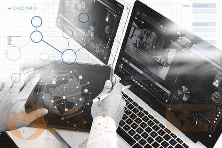 医療ネットワーク技術コンセプト。医師の手は聴診器、ラップトップ コンピューターのデジタル タブレットを使用しています。上から見るし、クロ 写真素材