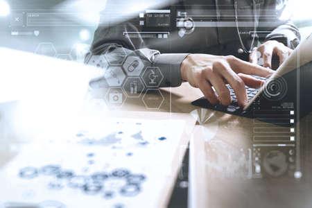 Medische technologie concept. Doctor hand werken met moderne digitale tablet dock screen computer met medische grafiek-interface, zon flare effect foto