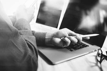tecnología informatica: Business.businessman trabajo stock exchange proyecto moderno office.Laptop mesa digital de computadora y teléfono inteligente.Internet tecnología de conexión, blanco negro