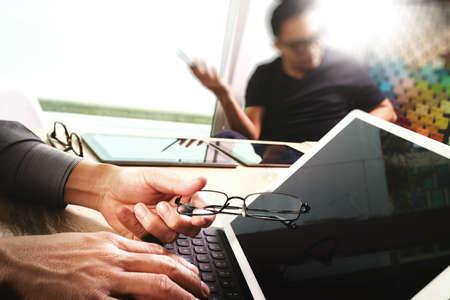 hoja de calculo: negocios reunión del equipo actual. Foto inversor profesional que trabaja con el nuevo proyecto de puesta en marcha. portátil tableta digital diseño por ordenador utilizando teléfono inteligente, primer plano de acoplamiento de pantalla del teclado, la flama del sol Foto de archivo