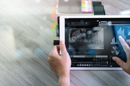 사무실에서 책상에 디지털 태블릿 컴퓨터, 태블릿 컴퓨터와 비디오 회의에 참석 사업가 손