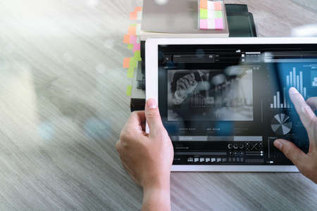 Geschäftsmann Hand die Teilnahme an Videokonferenz mit digitalen Tablet-Computer und Tablet-Computer am Schreibtisch im Büro Standard-Bild - 62689952
