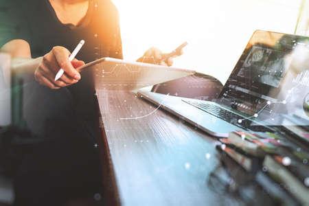 La mano de negocios asistir a conferencias de vídeo con el ordenador tableta digital y el ordenador tableta en el escritorio en la oficina Foto de archivo - 62690148