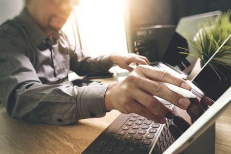Externalizar desarrollador que trabaja en mármol Escritorio portátil de trabajo de software de aplicación del equipo móvil y el muelle del teclado comprimido digital inteligente, servidor compacto, el efecto de la flama del sol