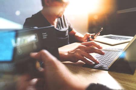 StartUp équipe de programmation. concepteur de site Web de travail clavier tablette dock numérique et un ordinateur portable avec téléphone intelligent et le serveur compact sur le bureau mable, effet de lumière Banque d'images - 64118754