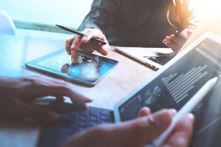 QUipe réunion d'affaires présente. Photo professionnelle investisseur travaillant avec le nouveau projet de démarrage. tablette portable de conception d'ordinateur de directeurs financiers du téléphone intelligent en utilisant, au premier plan de l'écran d'accueil du clavier Banque d'images - 64118427