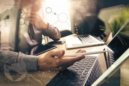 Externaliser développeur travaillant sur le marbre bureau Travailler, Ordinateur portable Logiciel Application mobile et la tablette numérique dock clavier intelligent, serveur compact, effet de flare soleil