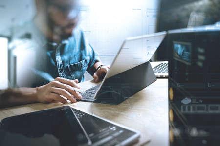 trabajando: Co proceso de trabajo, el equipo de empresario que trabaja en espacio de oficina creativa. usando el teclado de acoplamiento tableta digital y un ordenador portátil con el teléfono inteligente en el escritorio de mármol, el efecto del haz de luz Foto de archivo