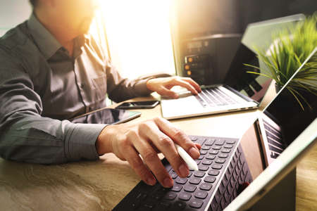大理石デスク作業ラップトップ コンピューター モバイル アプリケーション ソフトウェアに取り組んでいる開発者を委託し、デジタル タブレット スマート キーボードのドックは、コンパクト サーバー、太陽フレアの効果 写真素材 - 64116267