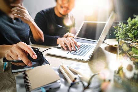 Collaborateur utilisant un casque VOIP avec une tablette numérique, un clavier intelligent, une communication conceptuelle, un support informatique, un centre d'appels et un service client, un effet de filtre