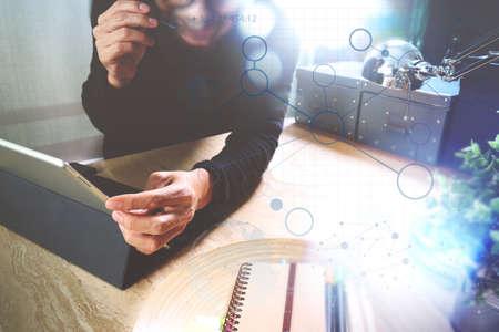 Homme utilisant VOIP casque avec tablette numérique ordinateur docking clavier intelligent, le concept de communication, il soutien, centre d'appels et le service client help desk, effet de film de filtre