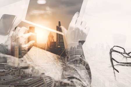 desarrollo económico: Doble exposición, el concepto de trabajo de mano del empresario. Foto inversor profesional que trabaja con la nueva puesta en marcha project.Digital pantalla muelle comprimido de diseño por ordenador utilizando teléfono inteligente