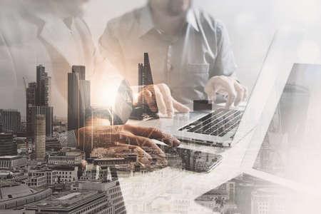 성공의 이중 노출 디지털 태블릿 노트북 컴퓨터와 사무실에서 작업하는 사업가 런던 건물 및 스마트 폰, 필터 효과 스톡 콘텐츠