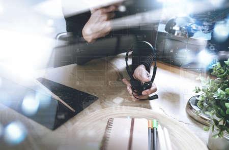 Mens die VOIP-hoofdtelefoon met het digitale docking toetsenbord van de tabletcomputer, conceptenmededeling, het steunt, call centre en de helpdesk van de klantendienst, filterfilmeffect gebruiken Stockfoto