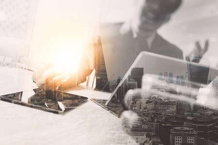 desarrollo económico: Doble exposición, Equipo de negocios reunión presente. inversor profesional feliz trabajando con el nuevo proyecto de puesta en marcha. portátil tableta digital diseño por ordenador utilizando teléfono inteligente