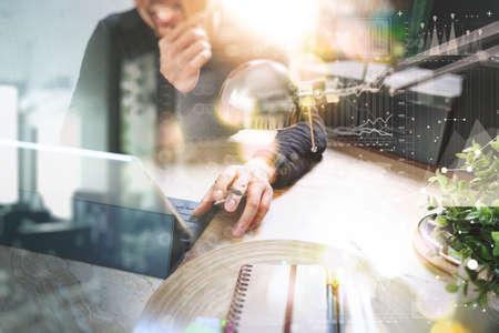 L'uomo con cuffie VOIP con tavoletta digitale del computer attracco tastiera intelligente, concetto di comunicazione, Supporto tecnico, call center e il servizio clienti help desk, effetto pellicola filtro Archivio Fotografico - 65503015