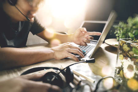 Mann mit VOIP-Headset mit digitalen Tablet-Computer Docking intelligente Tastatur, Konzept Kommunikation, IT Support, Call Center und Customer Service Help Desk, Filtereffekts Standard-Bild - 65503378