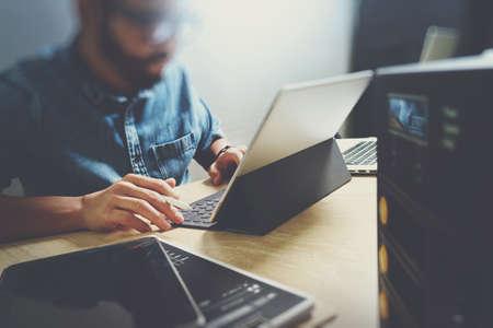 Co processo di lavorazione, squadra imprenditore che lavora nello spazio di ufficio creativo. utilizzando tavoletta digitale di docking tastiera e il computer portatile con smart phone sulla scrivania di marmo, effetto fascio di luce