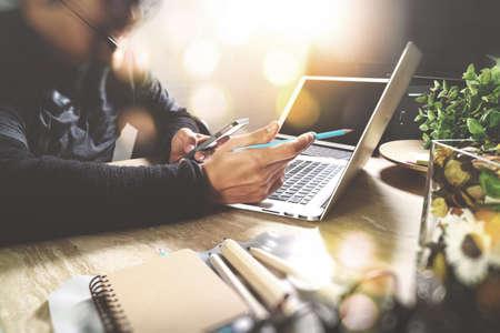 Hombre usando auriculares VOIP con tableta digital con teclado inteligente, comunicación conceptual, soporte, centro de atención telefónica y servicio de atención al cliente, efecto de película de filtro Foto de archivo