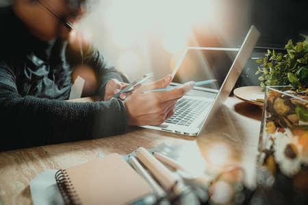 El hombre con auriculares VOIP con la tableta digital de soporte para teclado de la computadora inteligente, el concepto de comunicación, es el apoyo, centro de llamadas y atención al cliente, help desk, película efecto de filtro