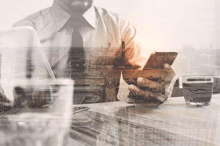 desarrollo económico: Doble exposición de negocios éxito en el uso de teléfonos inteligentes, tablet soporte para teclado inteligente digital con edificio de Londres, omnichannel, café, té en el escritorio