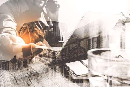 desarrollo económico: Doble exposición de hombre de negocios de éxito usando lápiz óptico, soporte para la tableta teclado inteligente digital con edificio de Londres, la ciudad, el efecto de filtro