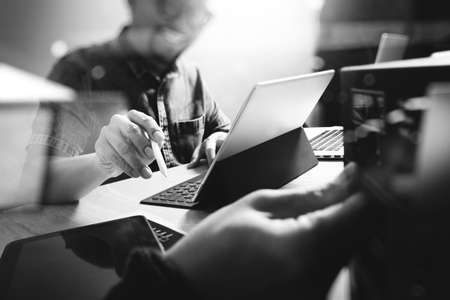 Website ontwerper die digitale tablet en computer laptop met digitale tablet en digitaal ontwerp diagram op houten bureau en compact server