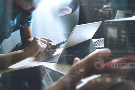 Opstarten Programming Team. Website ontwerper die digitale tablet dock toetsenbord en computer laptop met slimme telefoon en compact-server op mable bureau, lichteffect Stockfoto