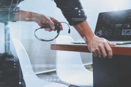 男はデジタル タブレット コンピューター概念情報、スマート キーボードをドッキングで VOIP ヘッドセットを使用してそれをサポート、コール セン 写真素材