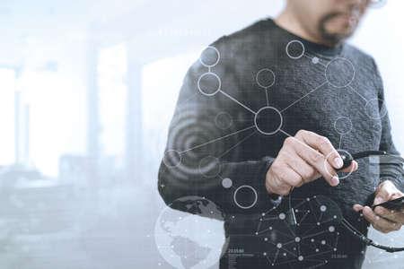 Hombre utilizando auriculares VOIP con teléfono inteligente, concepto de comunicación, apoyo, centro de llamadas y atención al cliente servicio de ayuda, pantalla digital gráfico iconos virtuales, gráfico, diagrama