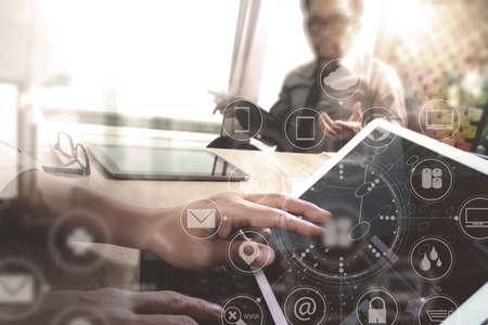 Co Arbeiter Designer Hand mit mobilen Zahlungen Online-Shopping, omni-Kanal, im modernen Büro Schreibtisch aus Holz, Symbole grafische Oberfläche Bildschirm, Brille, Filter