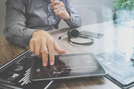 디지털 태블릿 컴퓨터, 문서, 컨셉 통신, 아이콘 그래프 인터페이스, 콜센터 및 고객 서비스 헬프 데스크와 VOIP 헤드셋을 사용하는 사업가 손