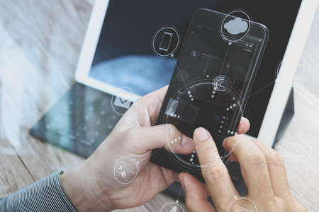 negocios internacionales: Mano usando los pagos móviles de compras en línea, canal omnidireccional, la red del cliente icono, en la moderna oficina de escritorio de madera, pantalla de interfaz gráfica, gafas, filtros