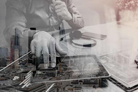 Dubbele blootstelling van Zakenmanhand die VOIP-hoofdtelefoon met digitale tabletcomputer, document, conceptenmededeling, het gebruiken, de architectuur van Londen buldings Stockfoto