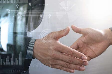 Concepto meeting.photo business handshake. Empresarios exitosos apretón de manos después deal.close perfecto hasta, la pantalla de gráfico gráfico virtual interfaz