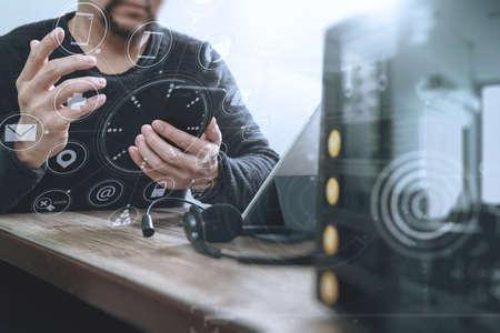 人間手のドッキング キーボード、スマート フォン、コンセプト通信デジタル タブレット コンピューターで VOIP ヘッドセットを使用して、それをサ 写真素材