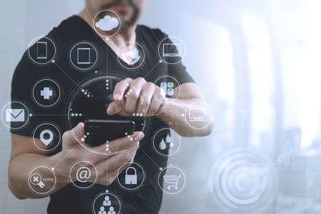 Mano de hombre de negocios usando el teléfono inteligente para compras en línea de pagos móviles, canal omni, interfaz de computadora virtual Foto de archivo - 70554630