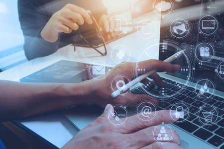 スマート フォン、モバイル決済のオンライン ショッピング、オムニ チャネル、木製の机、仮想インターフェイス アイコン画面に近代的なオフィス 写真素材