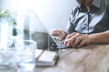 desarrollo económico: el éxito empresario de la mano utilizando lápiz óptico, soporte para la tableta teclado inteligente digital en el escritorio de madera, iconos efecto de pantalla gráfica