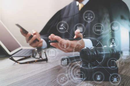 법무부와 법 개념. 망치와 법정에서 진짜 판사, 스마트 전화, 디지털 태블릿 컴퓨터 나무 테이블, 가상 인터페이스 그래픽 아이콘 다이어그램에 도킹