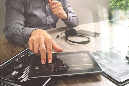 ビジネスマン手 VOIP ヘッドセットを用いたデジタル タブレット コンピューター、ドキュメント、概念情報、it サポート、コール センター、カスタ