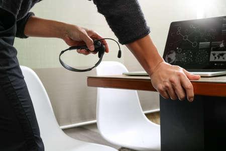 デジタル タブレット コンピューター概念通信スマート キーボードをドッキングで VOIP ヘッドセットを使用して男は、それをサポートするコール セ