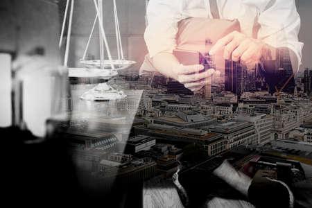 abogado: Doble exposición de la justicia y el contexto de la ley. Mano de abogado de hombre sentado en el sofá y el trabajo con el teléfono inteligente, tableta digital computadora de acoplamiento teclado con martillo y documento en la tabla de vida en casa, la ciudad de arquitectura de Londres