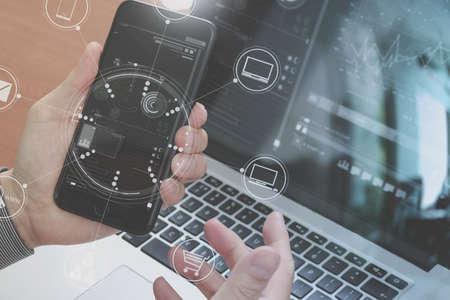 스마트 폰, 노트북, 온라인 뱅킹 지불 통신 네트워크 기술 4.0, 인터넷 무선 응용 프로그램 개발 동기화 응용 프로그램, 가상 그래픽 아이콘 다이어그램을 사용하여 손 가까이 스톡 콘텐츠 - 72335983