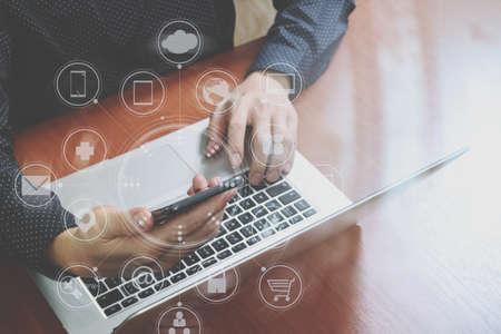 上面ビュー、スマート フォン、ノート パソコンを使用してオンライン ビジネス人間手銀行支払い通信ネットワーク技術 4.0、インター ネット ワイ 写真素材