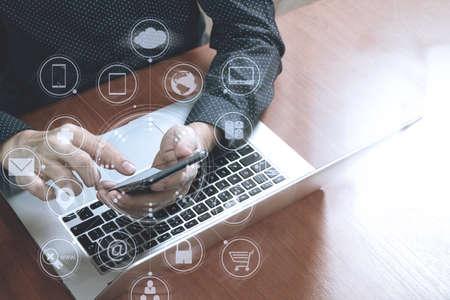 bovenaanzicht, zakelijke man hand met behulp van slimme telefoon, laptop, online bankieren betaling communicatienetwerk technologie 4.0, internet draadloze applicatie ontwikkeling sync app, virtueel grafisch pictogram diagram