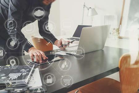 red informatica: Empresario o diseñador utilizando teléfono inteligente con latop y tableta digital ordenador y documento sobre escritorio en oficina moderna con interfaz virtual iconos gráficos diagrama de red