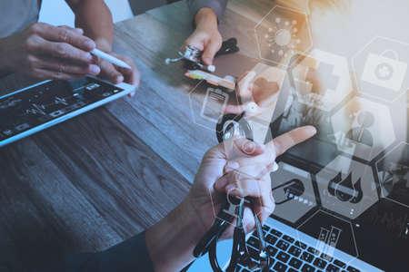 Arzt, der mit intelligentem Telefon und digitalem Tablet-Computer mit Stethoskop und Brille auf Marmorschreibtisch mit virtuellem Grafikschnittstellenikonenschirm als Konzept arbeitet