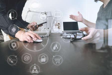 Réunion de l'équipe commerciale. Investisseur professionnel travaillant nouveau projet de démarrage et tablette numérique clavier et ordinateur portable avec téléphone intelligent et lunettes dans bureau moderne avec interface virtuelle icônes graphiques diagramme réseau Banque d'images